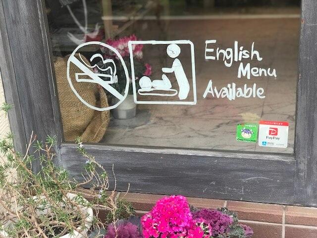 禁煙、英語メニューありのマーク